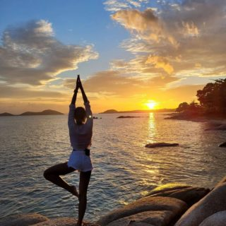 """""""There's a sunrise and a sunset every single day, and they're absolutely free. Don't miss so many of them."""" ― Jo Walton  📸 Captured a beautiful moment by @ploypailinmuangsri  #WellnessSanctuary #RediscoverSamui #SamuiPlusSandBox #SeeyousoonSamui #Nature #Sunset #Yoga #Beach #Balance #JoWalton"""